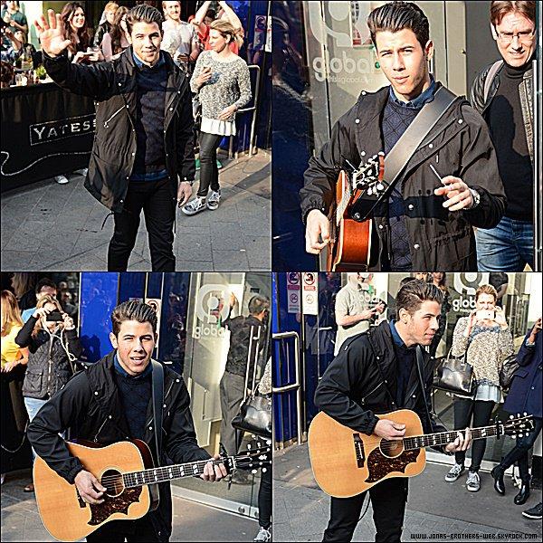 Le 09 Avril 2015 | Nick a passé une longue journée à Londres suivit par ses fans.