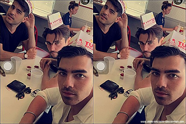 "Le 11 Avril 2015 | Joe et Mikey Deleasa ont déjeuner au restaurant ""In N Out"" à Coachella."