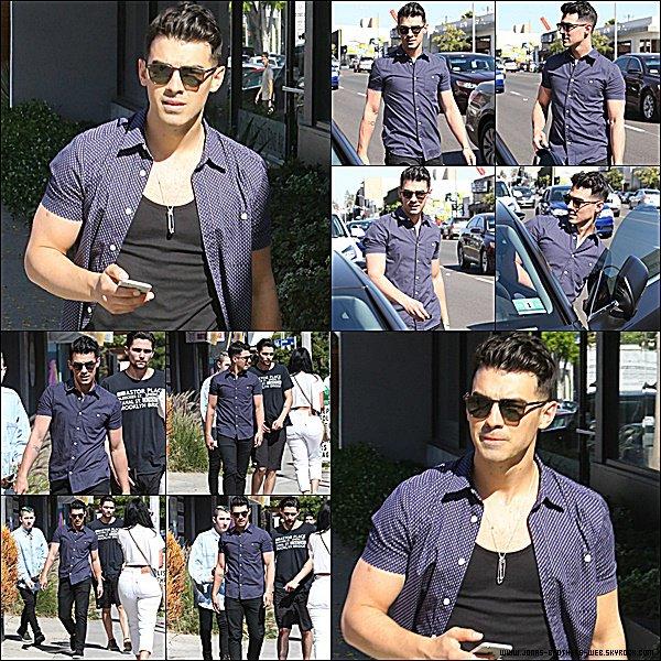 Le 15 Avril 2015 | Joe et ses amis ont prit une boisson fraîche devant le café Alfredo à Los Angeles.