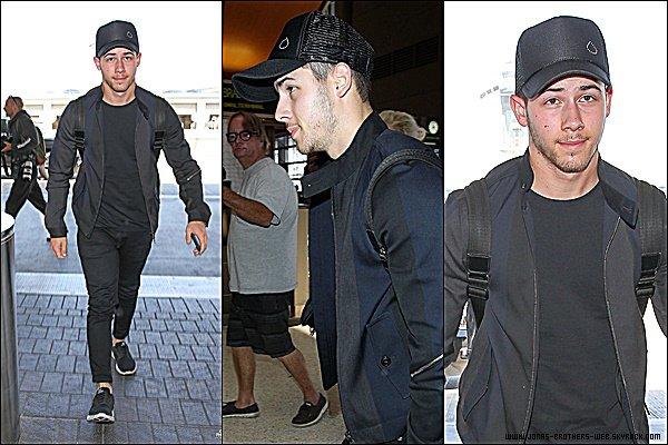 Le 05 Juin 2015 | Nick arrivant à l'aéroport de LAX à Los Angeles.