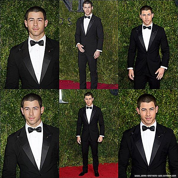 Le 07 Juin 2015 | Nick, très élégant, s'est rendu au Tony Awards à New York.