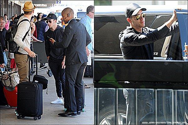 Le 22 Juin 2015 | Nick arrivant, plutôt en forme, à l'aéroport de LAX à Los Angeles.