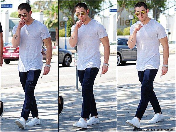 Le 23 Juin 2015 | Nick et ses belle lunettes sont de sortis à Los Angeles.