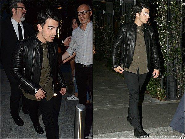 Le 21 Juin 2015 | Joe dans les rues de Milan, posant avec des fans en Italie.