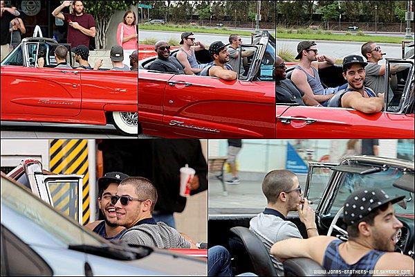 Le 28 Juin 2015 | Nick et ses amis en voiture dans Venice Beach à Santa Monica.