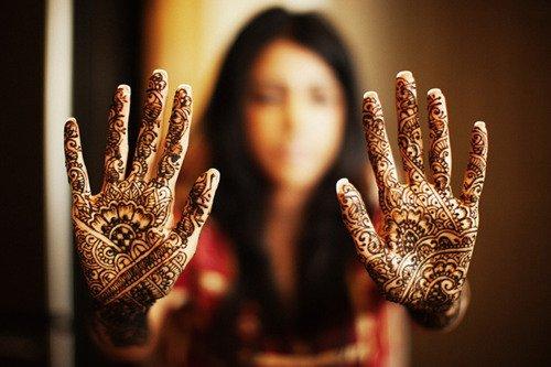D'après Abu Ayub (Qu'Allah l'aggré) le Message d'Allah (Salla Allah alayhi wa salam) a dit : 'Quatre sont des traditions des messagers : Le henné, le parfum, le cure dent et le mariage. / Rapporté par At Tirmidhi