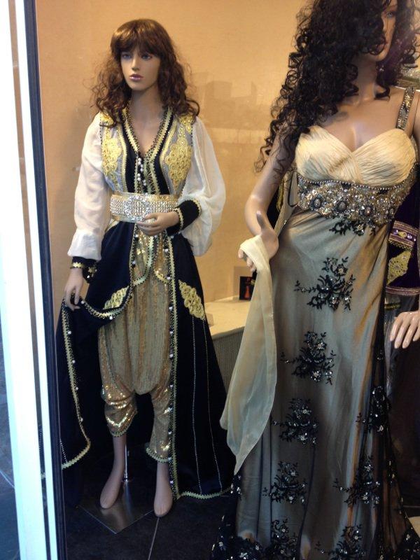 Caftan satin valentino sarouel tissus a sequins doré