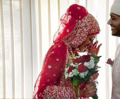 L'homme le plus précieux est l'homme qui enseigne à sa femme comment rire quant elle pleure, comment aimer quant elle hait, comment sourire quant elle souffre   bayhaqi