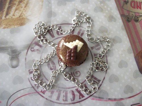 Collier chaine et son pendentif macaron choco chic !
