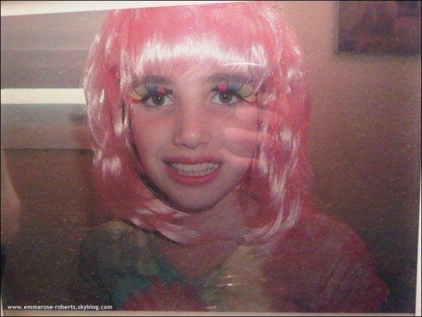 * Emma a posté une photo d'elle étant petite sur son Twitter en ajoutant à coté « HA! C'était une chose ordinaire quand j'étais petite. »  Elle est trop chou sur la photo ! :)  *