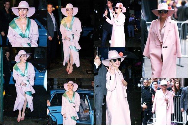 21/10/16   ▬ Lady Gaga toute jolie, a été vue arrivant au restaurant  « Joanne Trattoria » à NY . C'est un Top!