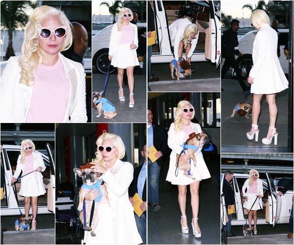 24/12/15   ▬ Lady Gaga toute belle, a été vue à l'aéroport  « LAX »  à Los Angeles. C'est un Top!