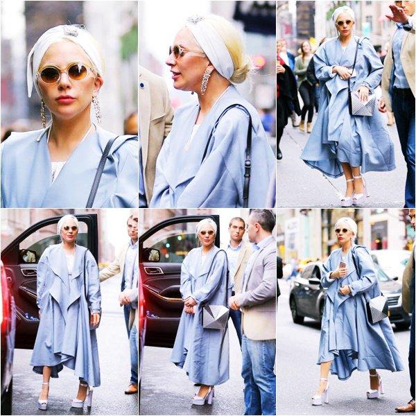 25/12/15   ▬ Lady Gaga toute belle, a été vue se rendant à une bijouterie à  « New York »  . C'est un Top!