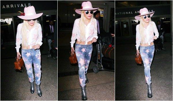 09/12/16   ▬ Lady Gaga toute belle, a été vue à l'aéroport  « LAX » à Los Angeles. C'est un Top!