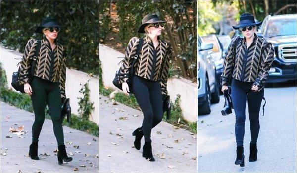 28/12/16   ▬ Lady Gaga toute belle, a été vue sortant de chez l'acteur  « Bradley Cooper » . C'est un Top!