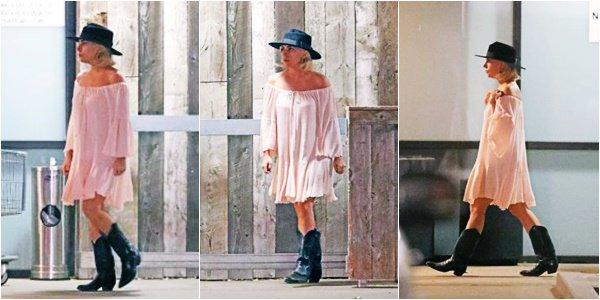 07/12/17   ▬ Lady Gaga a été vue faisant ses courses dans une épicerie à « Malibu  » à Los Angeles.