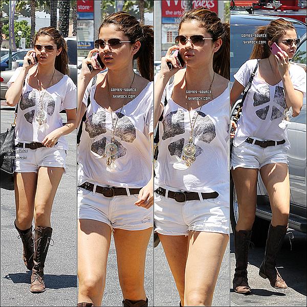 23 Juillet 2012 :Selena à été vue allant à un restaurant à Sherman Oaks en Californie. Qu'en pensez-vous ?