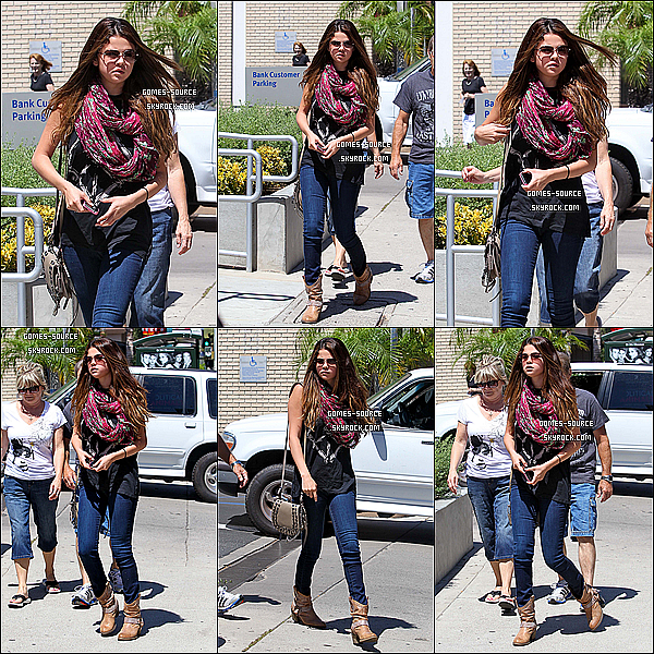 24 Juillet 2012 : Sel & ses grands-parents sont partis pour déjeuner auPanera Bread à Sherman Oaks.Top ?