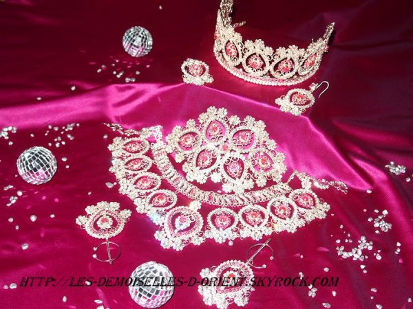Parure de bijoux rose en location