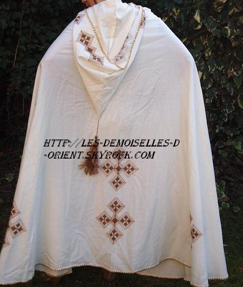 Robe kabyle abec son burnous de dos