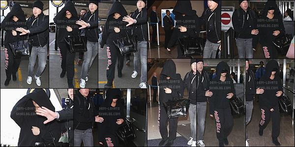 . 25/01/18 - Demi Lovato a été aperçue arrivant à l'aéroport de Los Angeles après un séjour à New York.  Retour au bercail pour notre belle Demi Lovato pour la tenue on ne voit pas tellement mais je n'aime pas plus que çà dommage et toi ? .