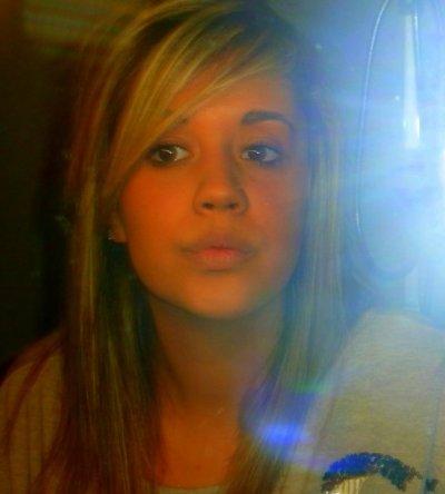« J'veux pas paraître comme la fille qui ne sourit jamais parce qu'elle a le coeur brisé. Mais j'veux seulement paraître comme la fille qui illumine la vie des autres. Même si elle n'arrive pas a illuminer la sienne pour le moment. »