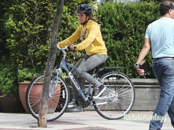 Actualité - Dimanche 29 Août 2010 Ashley et son petit ami Scott ont été vus faisant du vélo à Vancouver.