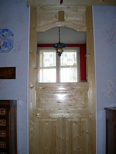 réalisation porte coulissante d'entrée de cuisine en pin vernis