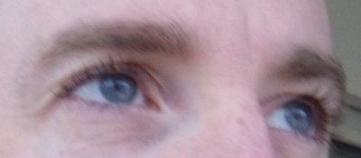 mets yeux bleu :)