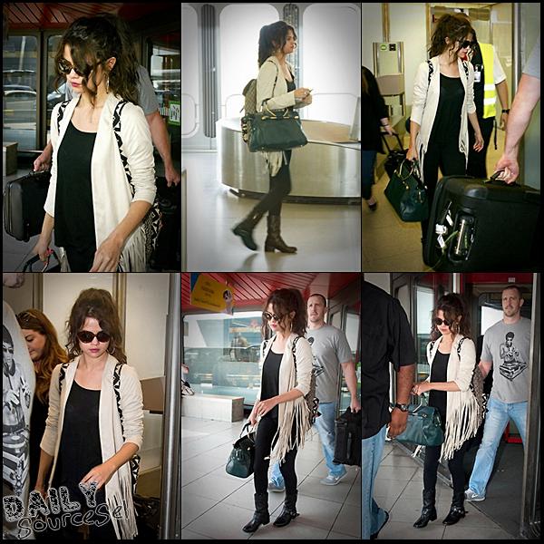 Sel' arrivant à l'aéroport en Allemagne, à Berlin le 8 Juillet.