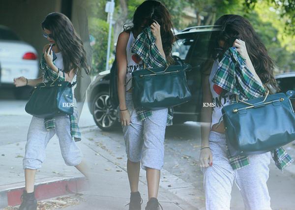 """le 19 juillet 2013 - Selena arrivant au """"The Nine Zero One Salon""""."""