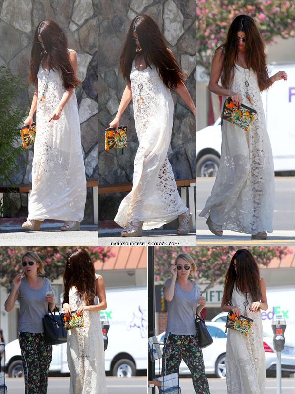 01.08 Selena a été aperçut en allant manger des Sushis à Los Angeles.