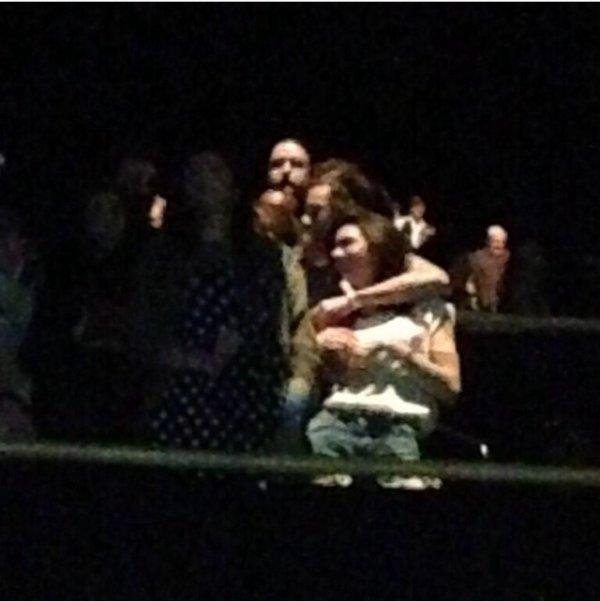 Harry qui attrape kendall A un concert le soir.