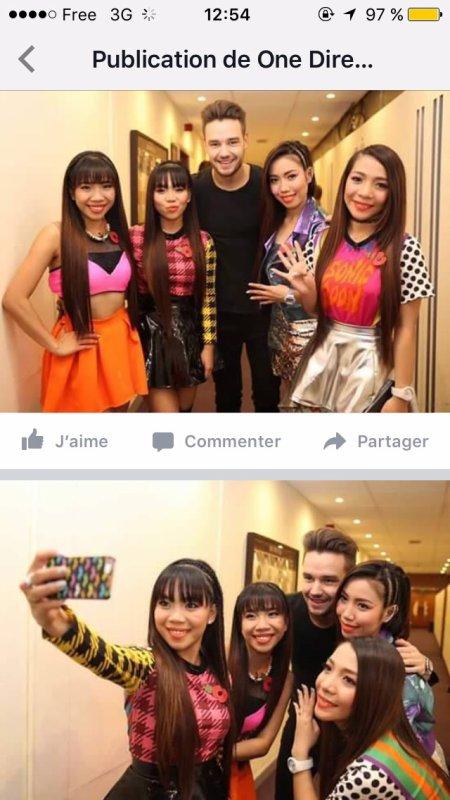 Liam avec un groupe a x-Factor UK