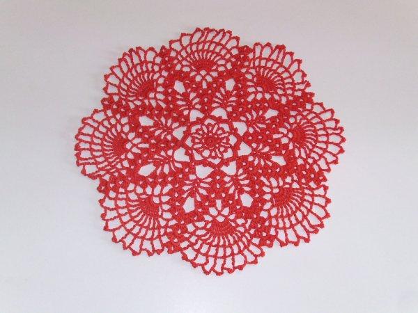 idée cadeau femme napperon rouge au crochet pour table