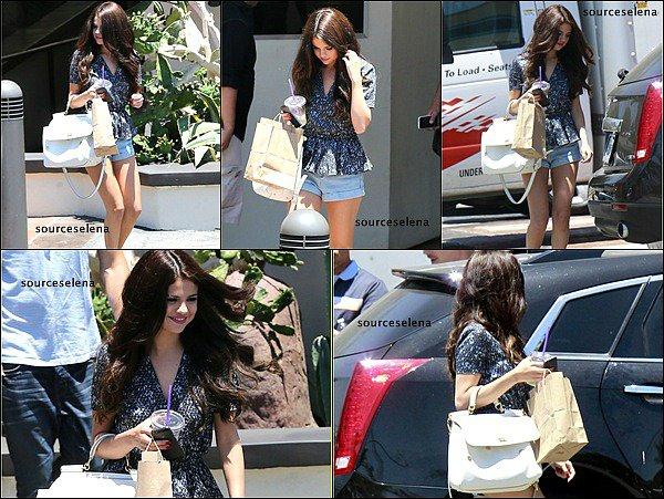 . 28/06/13 : Notre Jolie Selena quittait le studiode danseàVenturaen Californie,en pleine après midi. Que pense-tu de sa tenue?Moi j'aime beaucoup sa tenue très fraîche.