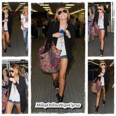 30/08/10 :  Miley, Tish et Denika ( sa maquilleuse ) à l'aéroport JFKdans le Queens.  Ravissante la Miley ..! $)