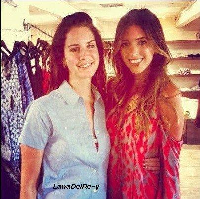 -1, Septembre: Lana dans un parc d'attractions/ Show privé au programme de Lana pour la marque H&M