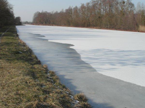 le canal des ardennes pres de chez moi est gele