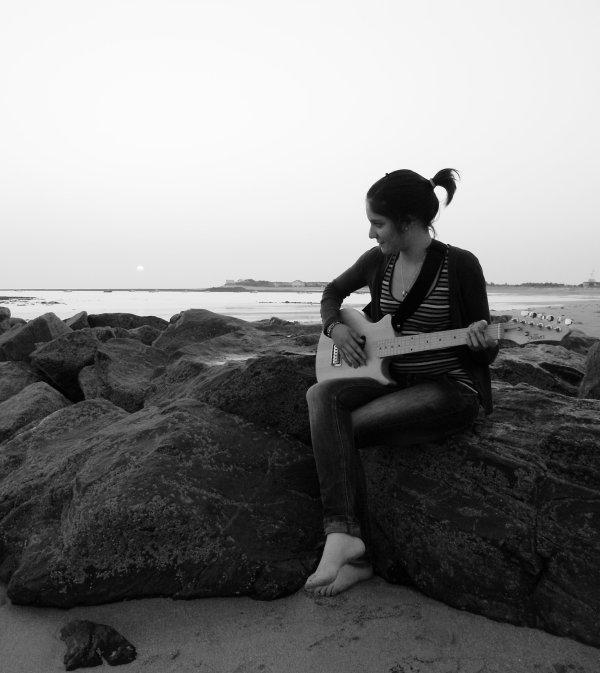 Sur le sable , le regard dans les vagues ..
