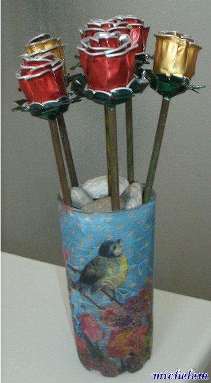 """roses avec des capsules de """"nespresso"""" et rose avec pots de crème en alu"""