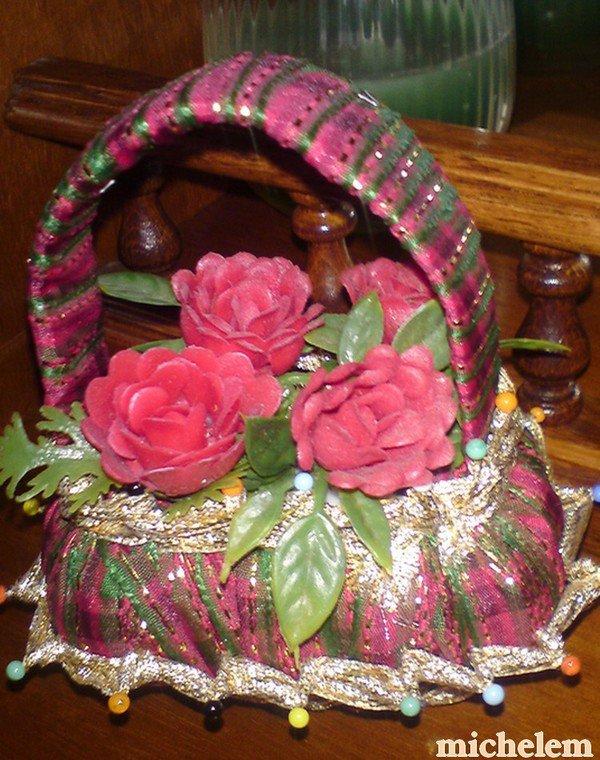 paniers fleuris avec une savonnette et du ruban