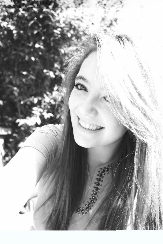 Un jour mon papa m'as dis , tu seras ma fille.L'amour est une catastrophe magnifique : savoir que l'on fonce dans un mur, et accélérer quand même. Courir à sa perte, le sourire aux lèvres. Et attendre avec curiosité le moment où cela va foirer. L'amour est la seule déception programmée, le seul malheur prévisible dont on redemande encore et encore, jusqu'à crever..