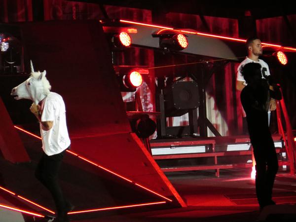 Harry avec une tête de licorne hier soir pendant le concert