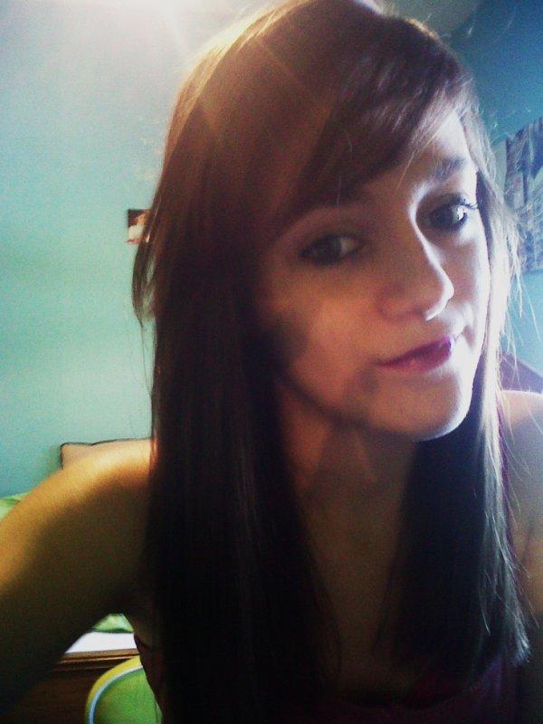 Tu vois, cette fille ? Elle n'est qu'à toi, chaque jour qui passe, ce n'est pas pour les autres qu'elle se fait belle, ni pour les autres qu'elle respire. Elle t'appartient. Et dieu sait combien elle voudrait que tu lui appartiennes aussi.