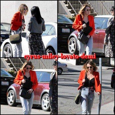 16.02.12 Miley et une amie déjeunent au California Pizza Kitchen