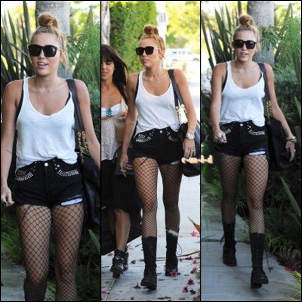 Le 28 juin , Miley a été dans un sutio d'enregistrement , Burbank