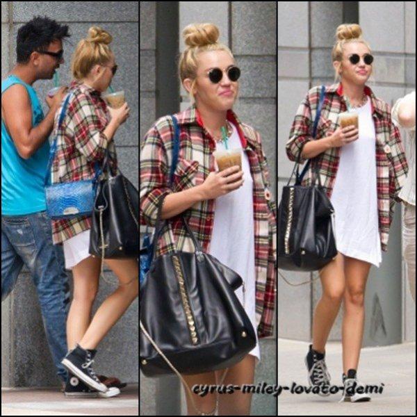 Le 27 juillet , Miley et un ami dans les rues de Philadelphie .