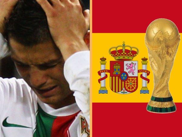 Ca y est, la coupe du monde est fini. La 8ème merveille du monde est Espagnole pour 4 ans, Félicitation à cette merveilleuse équipe qui mérite largement son sacre. Quatre années d'attente pour quatre semaines de pur bohneur, on retiendra beaucoup de belles choses, des merveilleux buts, cette équipe du Ghana, cette victoire Espagnole, cette surprise Uruguayenne, la venue de Nelson Mandela à la cérémonie de cloture, on retiendra des moments forts, l'élimitation de l'Italie et de la France les deux finalistes de 2006, la magnifique remise de la coupe, les deux cérémonies, les larmes d'Eduardo suite à l'élimination du Portugal mais aussi les très belles larmes d'Iker Casillas lorsqu'il comprend qu'il est champion du monde... Malheuresement on retiendra également les erreurs d'arbitrages, la carton rouge de Yoann Gourcuff, celui de Kàka, ce but hors-jeu de l'Espagne et aussi des moments qu'on n'aurai pas voulu voir pendant cette Coupe de monde, la main Uruguayenne qui a volé sa victoire au Ghana, cette grève de l'Equipe de France, Raymond Domenech qui n'a pas voulu serrer la main de Parreira. Et bien sûr nous tous on retiendra cette malchance Portugaise d'abord le Brésil ensuite l'Espagne, la Selecção n'aura pas démérité et nous a fait rêver avec ce 7-0, avec le Ketchup-Goal de Ronaldo, avec les parrades d'Eduardo, avec ce Coentrão et son jeu magnifique alors merci le Portugal, merci d'avoir porté fièrement notre maillot et d'avoir défendu nos couleurs. Encore une fois bravo l'Espagne, quelle belle victoire, quelle belle équipe, quel beau parcourt, le monde entier s'incline devant ce David Villa, devant cet Andrés Iniesta, devant ce Sergio Ramos devant toute la Roja et devant leur capitaine, le gardien du temple, le seigneur Casillas.
