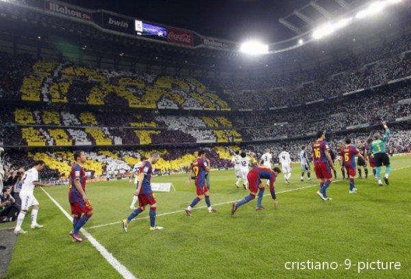 """Hier soir en Liga le Real affrontait l'ennemi, le FC Barcelone, après un match marqué par de trop nombreuses faute le résultat est nul 1-1. Les deux géants du football moderne étaient là, d'abord Léo Messi, sur pénalty à la 53ème, puis Cristiano qui lui a répondu, également sur pénalty, à la 82ème. Le Barça ramène donc 1 point de Santiago Bernabeu, mais il ramène, sauf miracle, également son 21ème titre de Champion d'Espagne. Heureusement tout n'est pas perdu pour les madrilènes, ils ont encore trois matchs à jouer contre les catalans, la Ligue des Champions où ils vont essayer de décrocher la fameuse """" Decima """", la dixième, que tout les supporters attendent, et en final de Copa del Rey, des matchs qui s'annoncent compliqués mais compliqués pour les deux équipes, le Barça pratique actuellement le meilleur football du monde mais Madrid a une équipe en pleine forme physiquement et surtout Madrid est nourri par cette volonté de décrocher des titres, une envie qu'ils cultivent depuis plusieurs années maintenant et que José Mourinho travail depuis son arrivée. On le sait, tout est possible dans le Football, Cristiano a dit """" Rira bien qui rira le dernier, et j'espère que se sera Madrid """" et je pense que l'espère tous aussi. Hala Madrid !"""